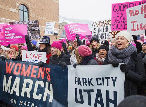 ג'ניפר ביילס, צ'לסי הנדלר, מרי מקורמק, שרליז ת'רון בצעדת הנשים ביוטה   צילום: GC Images