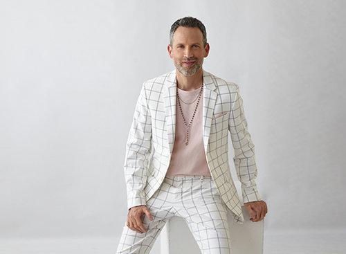 ערן בינדרמן: חולצה H&M, חליפה זארה, סנדלים אלדו, שרשרת אוסף פרטי  צילום: סם יצחקוב