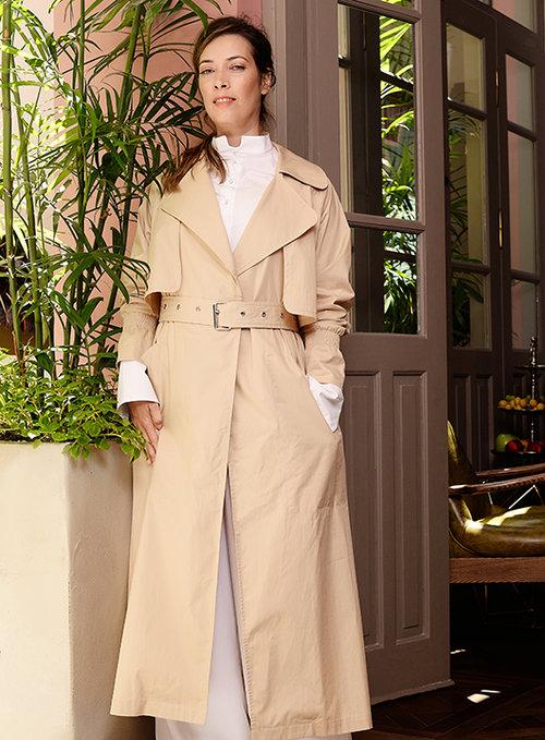 חולצה, מכנסיים ומעיל טרנץ' TRES, נעליים vas | צילום: דנה וקסלר | סטיילינג: דיאנה מציק
