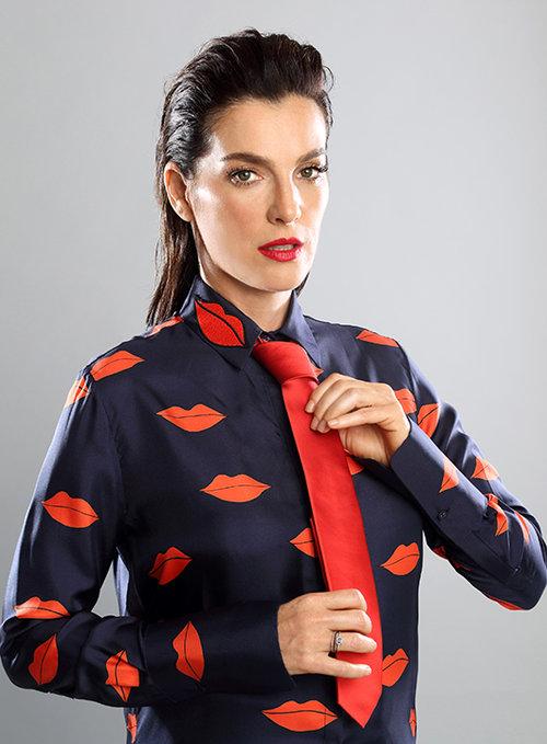 חולצה ויקטוריה בקהאם לפקטורי 54, עניבה המשביר לצרכן, טבעת אוסף פרטי | צילום וסטיילינג: תמר קרוון