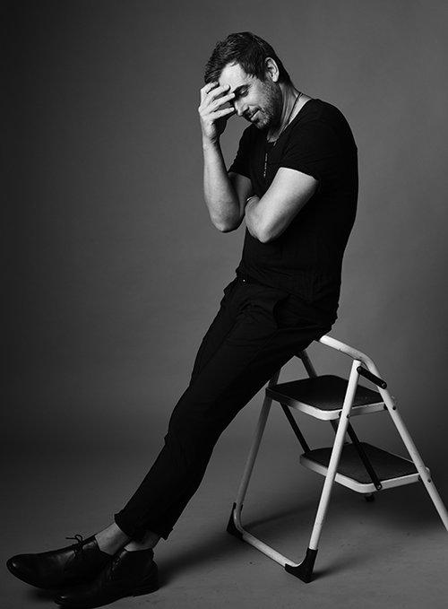 חולצה אמריקן וינטג', מכנסיים וחגורה קסטרו, נעליים INN7, תכשיטים Jackie O   צילום: מאיר כהן