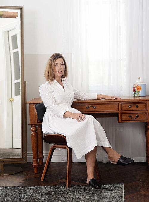 שמלה טלי קושניר, צמיד וטבעות מיכל בן עמי, נעליים אלדו | צילום: דנה וקסלר | סטיילינג: דיאנה מציק