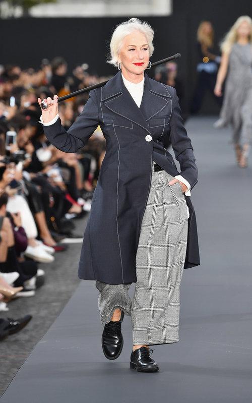 יס, קווין: הלן מירן הופכת את מקל ההליכה לקול בתצוגה של לוריאל בשבוע האופנה בפריז | צילום: GettyImages