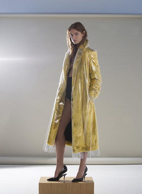 מעיל צהוב קלווין קליין קולקשן בפקטורי 54, תחתונים פטי פואה petitpoistudio.co.il, נעליים מרטין מרג'יאלה בפקטורי 54 | צילום: גיא כושי ויריב פיין