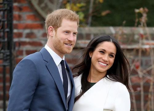 """""""אמרו לך פעם שאתה נסיך?"""", """"לא, את!""""   מייגן מרקל והנסיך הארי חמודים מתמיד רגע אחרי ההכרזה על האירוסין   צילום: Gettyiamges"""