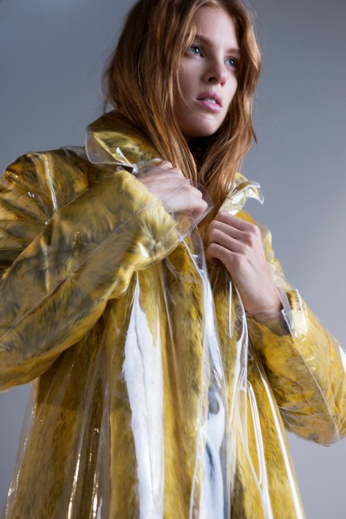 מעיל צהוב קלווין קליין קולקשן בפקטורי 54 | צילום: גיא כושי ויריב פיין
