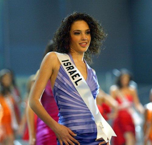 תמיד מהממת: גל גדות בתחרות מיס יוניברס 2004 | צילום: Gettyimages