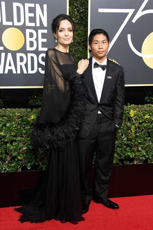 אנג'לינה ג'ולי והבן פקס בטקס גלובוס הזהב 2018 | צילום: Gettyimages