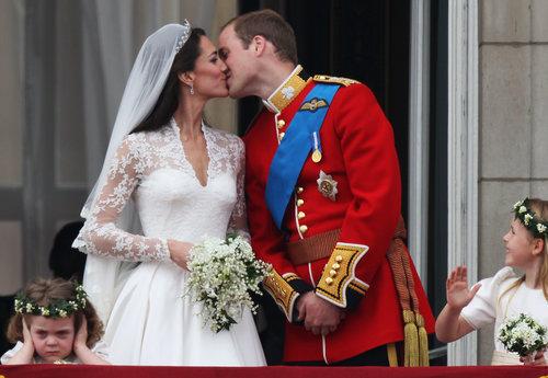 וככה זה היה לפני 7 שנים: הנסיך וויליאם וקייט מידלטון מתנשקים ביום חתונתם | צילום: Gettyimages