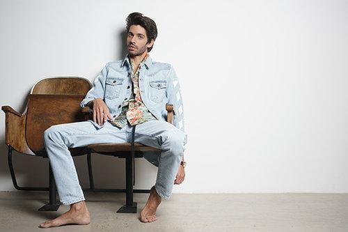שי גבסו לובש ג'ינס של פקטורי 54, חולצה של בוטיק אמור ושעון של פדני | צילום:רון קדמי, סטיילינג: מיכה טרנובסקי
