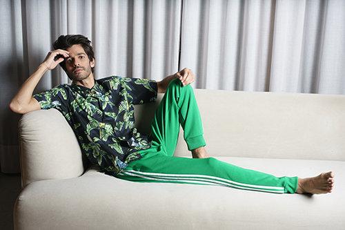 שי גבסו לובש מכנסיים של אדידס, חולצה של סטלה מקרטני לבוטיק אמור, שרשרת של פדני | צילום:רון קדמי, סטיילינג: מיכה טרנובסקי
