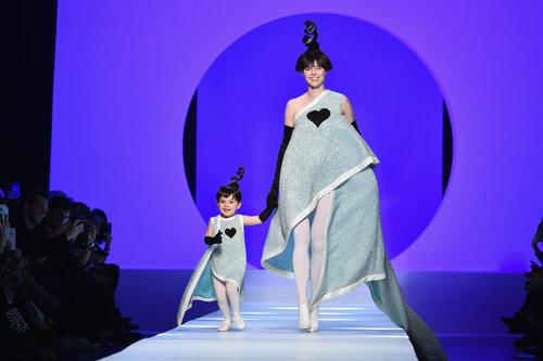 הדוגמנית קוקו רושה והבת לוני צועדות על המסלול של ז'אן פול גוטייה | צילום: Gettyimages