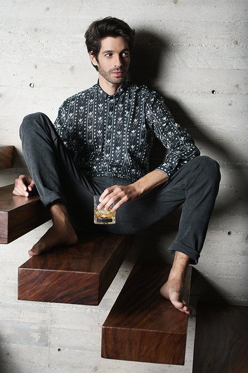 שי גבסו לובש חולצה של סאן לורן לבוטיק אמור וג'ינס של דולצ'ה אנד גבאנה לבוטיק אמור | צילום:רון קדמי, סטיילינג: מיכה טרנובסקי