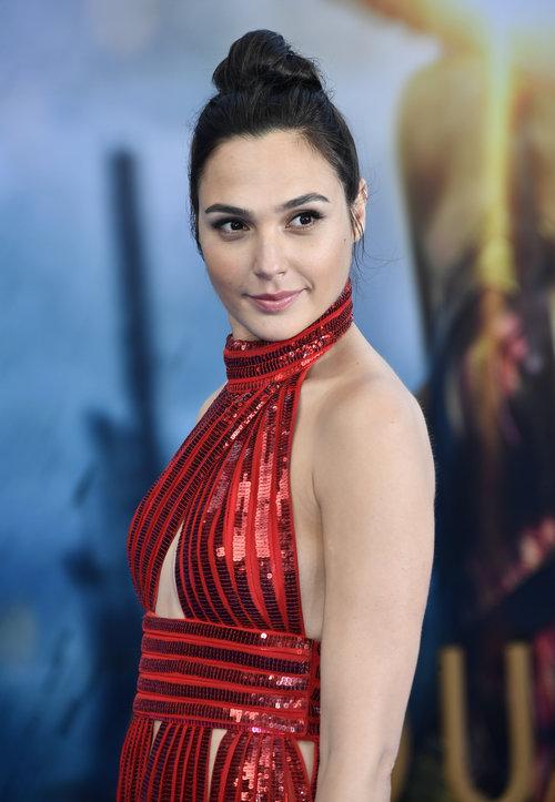 אדום זה ללא ספק הצבע שלה: גל גדות בשמלה של ז'יבנשי | צילום: Gettyimages