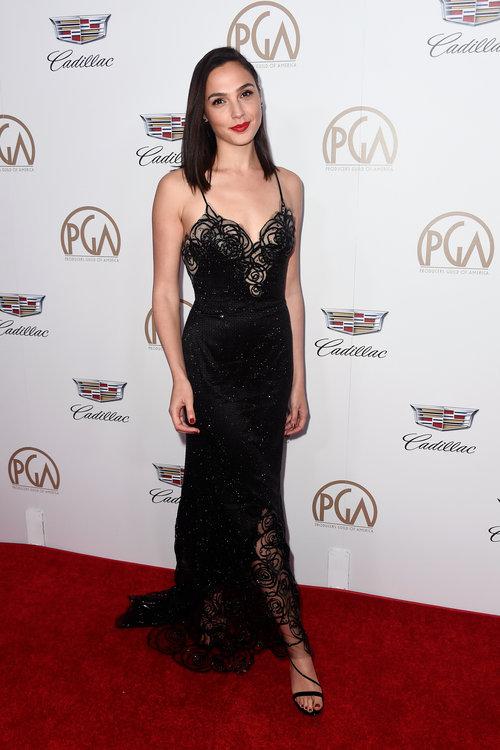 אבל מהפנטת גם בשמלה שחורה של פראדה | צילום: Gettyimages