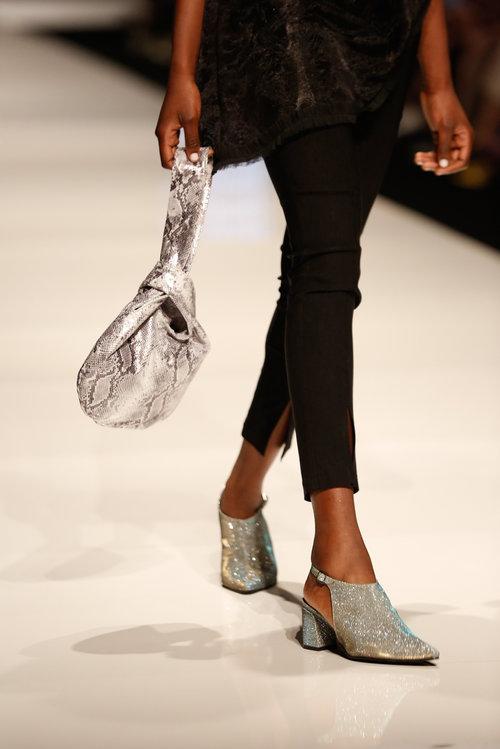 והנעליים גם | צילום: אדריאן סבל