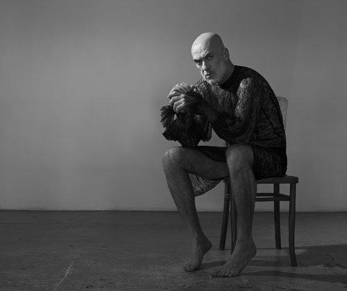 גבר אמיתי לובש שמלה: מוטי רייפ בשמלה של המעצב העולה אביתר מאיור שמציג השנה בשבוע האופנה   סטיילינג: מזל חסון, איפור: ספיר סבג, צילום: תום מרשק