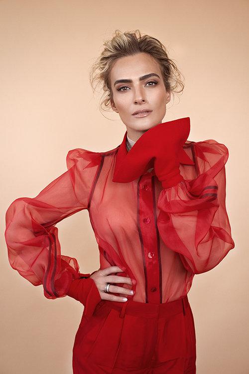 """""""היופי לא מטריד אותי, אני לא מתפרנסת מדוגמנות נטו"""",אילנית לוי לובשת בגד גוף של רזיאלה, חולצה ומכנסיים של אביתר מאיור   צילום: עידו לביא, סטיילינג: ראובן כהן"""