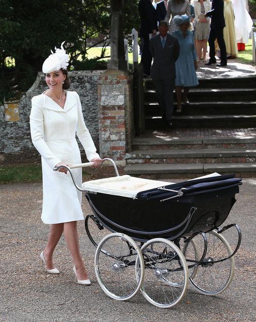 וכך זה נראה כשהיא לבשה את אותו אאוטפיט להטבלה של בתה שרלוט | צילום: Gettyimages