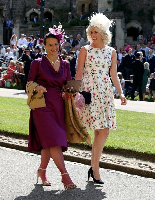 לא רואים בתמונה, אבל תאמינו לנו – יש לה מסטיק בתוך הפה: ג'וס סטון (מימין) בחתונה המלכותית של הנסיך הארי ומייגן מרקל | צילום: Gettyimages