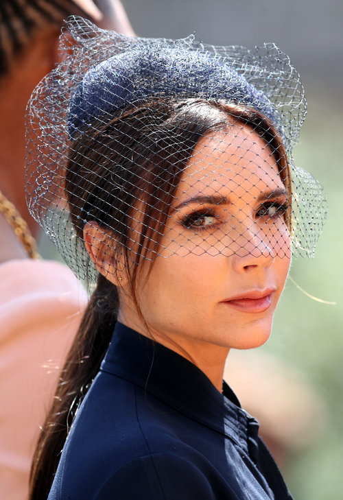 פרצוף של 'הייתי מעדיפה להישאר בבית ולצפות בשידורים חוזרים של סברי מרנן': ויקטוריה בקהאם בחתונה המלכותית | צילום: Gettyimages