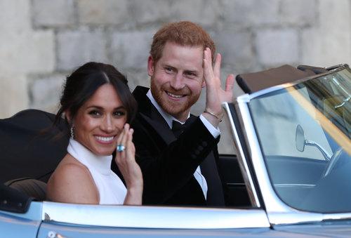 האוהבים הצעירים: מייגן מרקל עונדת את הטבעת של הנסיכה דיאנה, אותה קיבלה במתנה מבעלה הטרי הנסיך הארי | צילום: Gettyimages