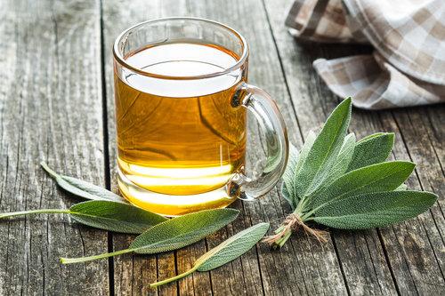 כוס תה עם עלי מרווה: אסור לשימוש בזמן היריון | צילום: Shutterstock