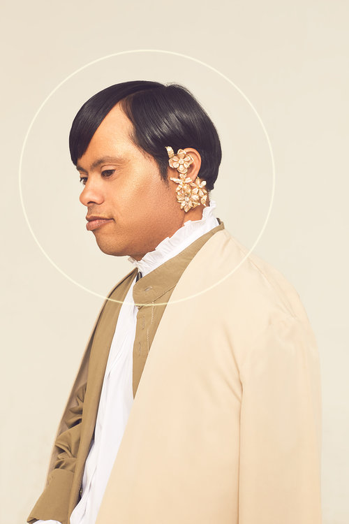 וזה אודי שלובש חולצה של זארה, חולצה מכופתרת וקרדיגן – HILI ARI, תכשיטים – קרן וולף | צילום: לירון ויסמן