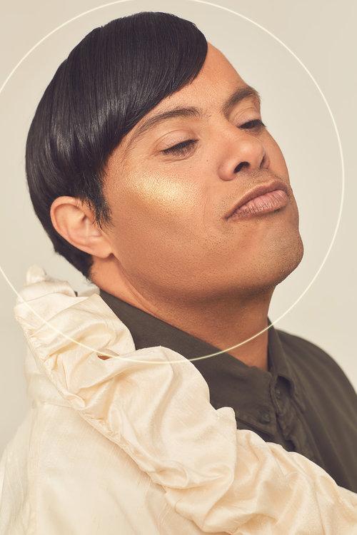 אודי לובש חולצה מכופתרת של ברשקה, ווסט – רזיאלה | צילום: לירון ויסמן