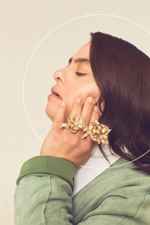 טלי לובשת ז'קט שלStradivarius, חולצה – HILI ARI, טבעת – קרן וולף | צילום: לירון ויסמן