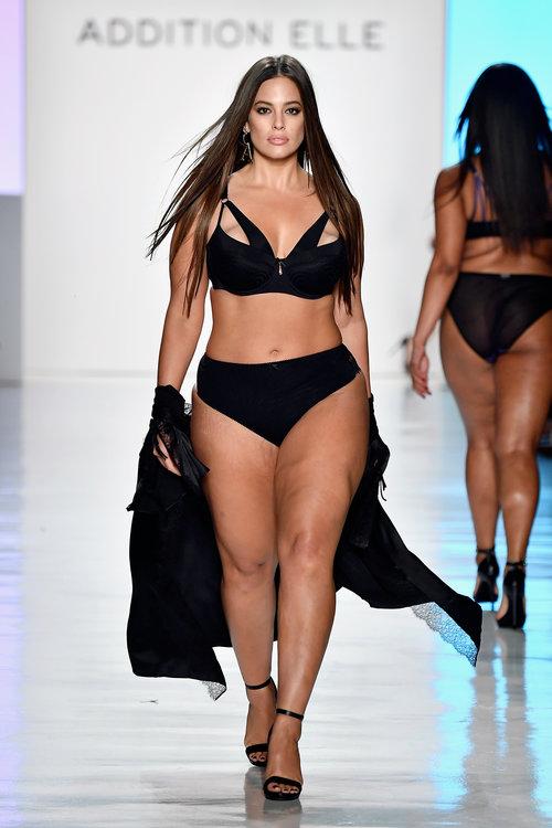 במידה 44 היא אחת הדוגמניות הרווחיות בעולם,אשלי גרהאם בתצוגה של המותג ADDITION ELLE בשבוע האופנה בניו יורק | צילום: Gettyimages