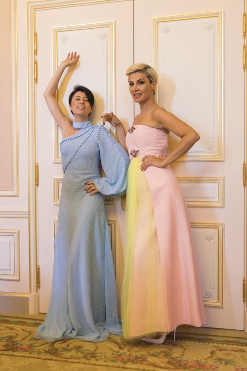 שבוע אופנת הקוטור בפריז: בלוגרית האופנה רוזה סינייסקי והסטייליסטיתזארה אלכסנדרובה | צילום: John Ellis