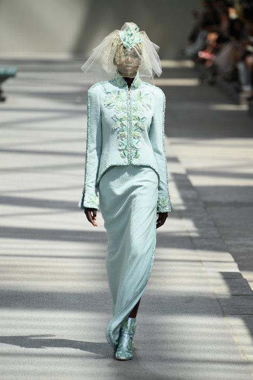 שבוע אופנת הקוטור בפריז: אדוט אקץ' ביור בשמלת כלה בתצוגה של שאנל | צילום: Gettyimages