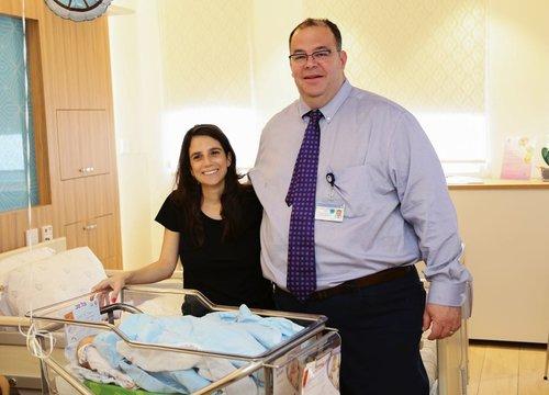 היולדת סינורה בורקר ופרופ' יוגב יריב, מנהל בית החולים ליולדות ליס באיכילוב   צילום: דוברות איכילוב