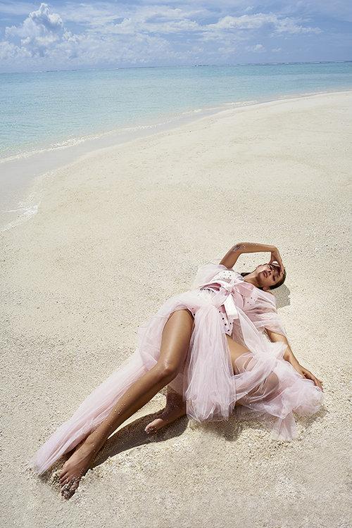 נטע אלחמיסטר לובשת שמלה של שחר אבנט, בגד ים – מריסיה באמור | צילום: רון קדמי