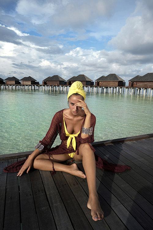 נטע אלחמיסטר לובשת שמלה של נוני כיכר המדינה, בגד ים – בננהוט, צמידים – הלגה עיצובים, טורבן – אוסף פרטי | צילום: רון קדמי