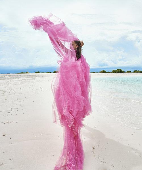נטע אלחמיסטר לובשת שמלה של שחר אבנט | צילום: רון קדמי