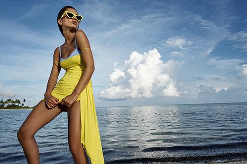נטע אלחמיסטר לובשת שמלה של אלכסנדר ווטייר בהלגה עיצובים, חזיית בגד ים – ליסה מארי פרננדז בפקטורי 54, משקפי שמש – סלין באירוקה | צילום: רון קדמי