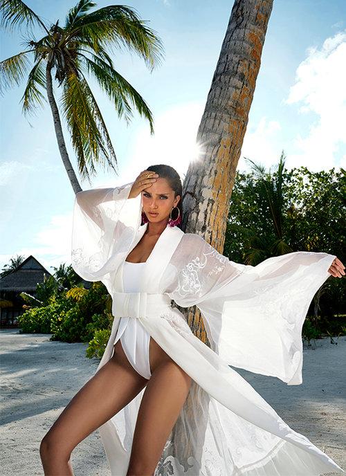 נטע אלחמיסטר לובשת בגד ים של בננההוט, קימונו – ויוי בלאיש, עגילים – ברשקה, טבעות – לה לונה | צילום: רון קדמי