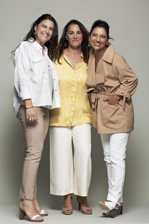 הנשים של מאמאנט (מימין לשמאל): טסלר לובשת ז'קט שלסטרדיווריוס, מכנסיים – מנגו, נעליים – ניין ווסט; אברמוביץ' לובשת חולצה ומכנסיים ממגנו, נעליים – ניין ווסט; הרמן לובשת ז'קט מזארה, מכנסיים – סטרדיווריוס, טי שירט – מנגו, תכשיטים – פדני | צילום: מיכאל טופיול