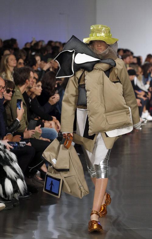 בגדים לא לבישים ומסכים שחוברו לתיקים בתצוגה של מרג'יאלה בשבוע האופנה בפריז | צילום:Gettyimages