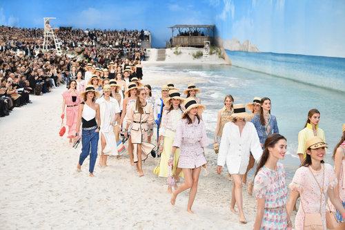 שבוע האופנה פריז הסתיים כמדי שנה בתצוגה של שאנל, שהפכו את הגרנד פלה לחוף ים של ממש וגרמו לכל הפאשניסטות להדס בעקבים בחולות | צילום: Gettyimages