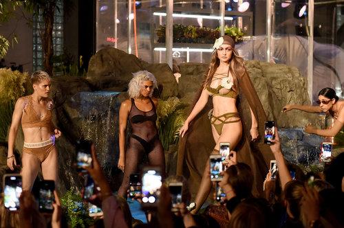ילדים, האם תוכלו למצוא היכן מסתתר האדג'? ג'יג'י חדיד בתצוגה של ליין הלנז'רי של ריהאנה בשבוע האופנה בניו יורק | צילום: גטי