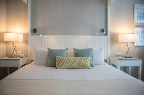המיטה בחדר   צילום: סיון אסקיו