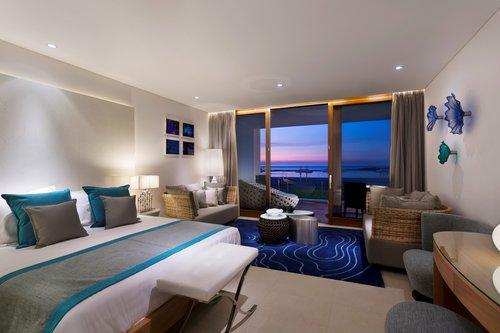 סוויטה ענקית ומפנקת, הכוללת שני חדרי שינה, ספות נעימות ופינת קפה מוארת,מלון נחשולים   צילום: אסף פינצ'וק