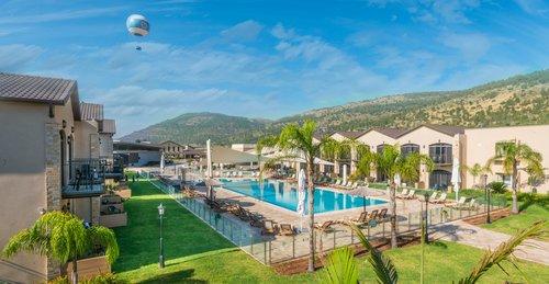 את המלון אפשר לזהות מרחוק לפי הכדור הפורח הממוקם בצידו הדרומי, אחיו התאום של הכדור מפארק הירקון בתל אביב, מלון גליליון   צילום: רותם גולן