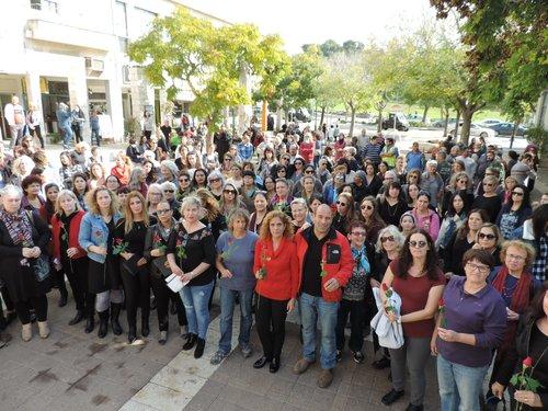 גברים ונשים החזיקו ורדים אדומים כחלק מההפגנה בקרית טבעון | צילום: עדנה פרידמן, דוברת המועצה