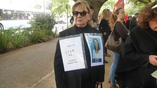 אישה הקוראת לזכר בתה הנרצחה בידי בעלה, בבית ויצו בתל אביב | צילום: אביב וינברגר