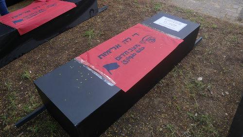 מייצג ארונות קבורה המכיל שמות הנשים שנרצחו בשנה האחרונה בבית ויצו בתל אביב | צילום: אביב וינברגר