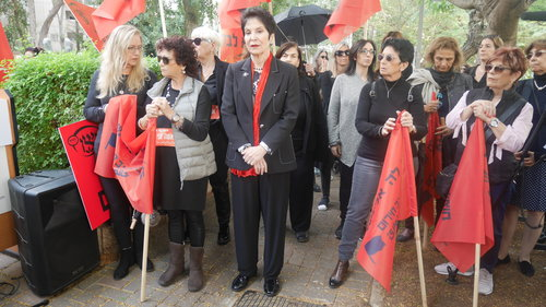 נשים לבושות שחור ואדום בבית ויצו בתל אביב | צילום: אביב וינברגר